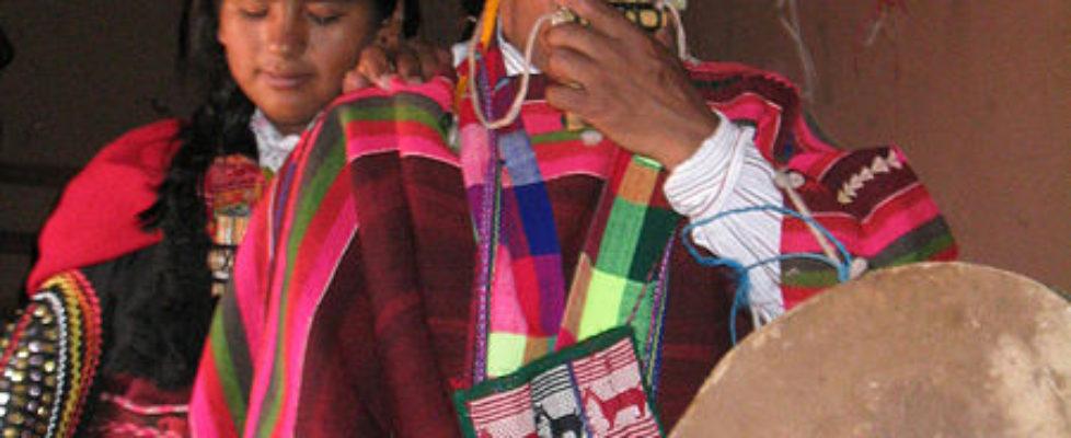 450px-Mujeres_aymara_con_siku_y_caja_-_flickr-photos-micahmacallen-85524669_(CC-BY-SA)